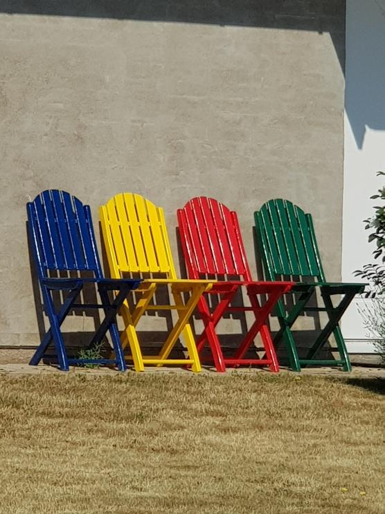 Avbytarbänken har många färger på stolarna och gräset blir allt brunare. Är det så det ser ut inför 2018?