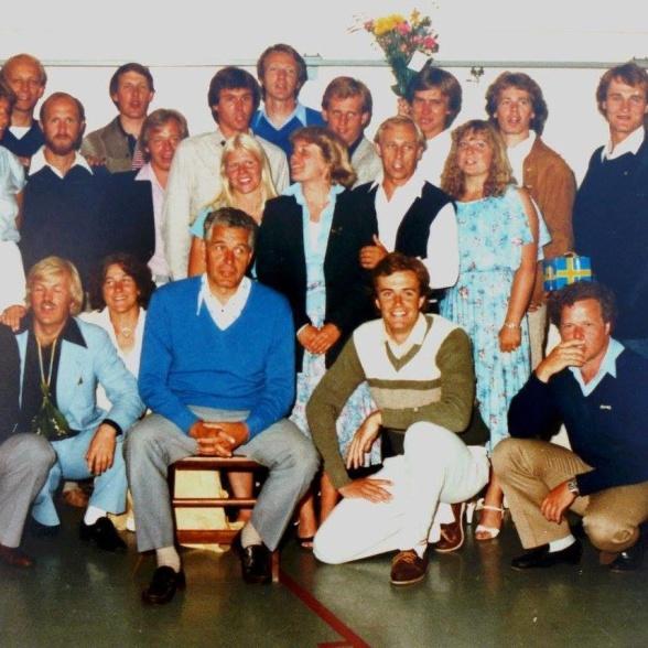 Här en examensbild från 1981. Hemsidans ägare syns längst ned till höger. Mannen på stolen är ett stort föredöme som idrottsledare och idrottskännare - vår klassförestånader Roland Matsson. Fd. världsmästare i handboll, förbundskapten för handbollen under några år och klubbtränare i hellas på den tiden de laget var synonymt med landslaget.
