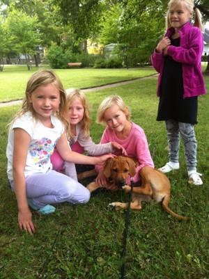 Ella med Diva och skolkamrater i parken 30 Augusti