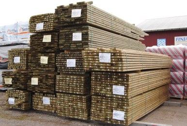 Vårt lager fylls på med byggmaterial inför byggsäsongen.