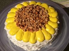 Lägg hasselnötterna i mitten av tårtan