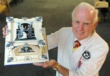 Eddie Spence med ett av sina vackra arbeten. Hela tårtan är spritsad med kristyr.