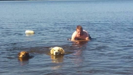 Max, Desmond och Peter simmar!