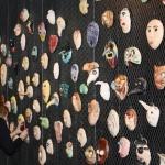 vägg med masker