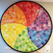 Lika - olika Cirkel 2m i diameter, 260 elever skapade kakelplattor till detta konstverk