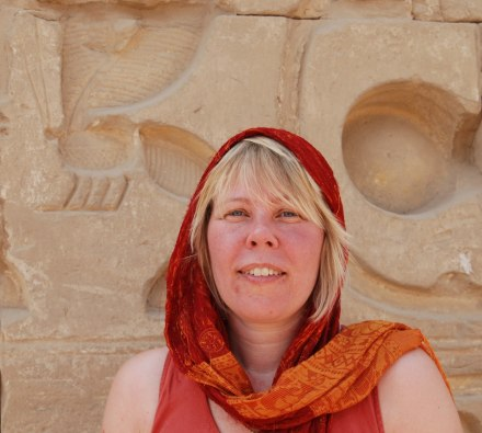 Monica vid bisymbol Karnaktemplet, Luxor, Egypten