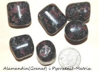 Almandin (granat) trumlad sten