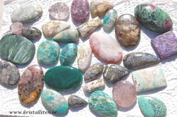 Handpolerade stenar, cabochon slipade från alla världens hörn