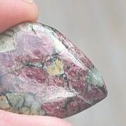 Eudialy handpolerad sten, 28x22mm