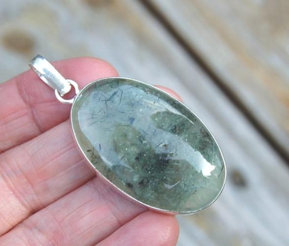 Ett vackert hänge, silverpläterad infattning och vacker Prehnit sten.
