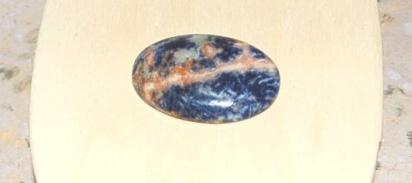Sodalit sten slipad som cabochon