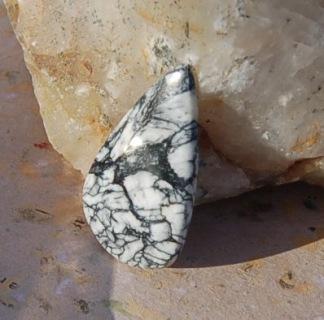 Pinolith handslipad sten 42x23mm
