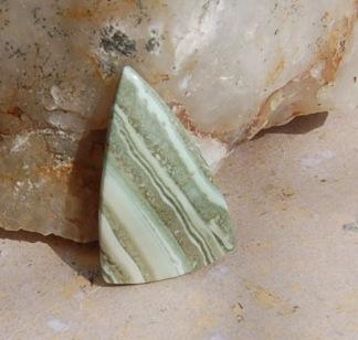 Bandagat handpolerad sten 37x24mm