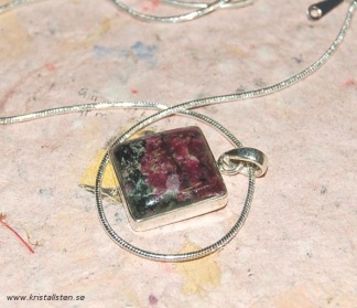 Eudialyt sten i halskedja