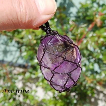 Stor Ametist sten i makramé - amulettsten