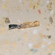 Guldtopas råslipad berlock med silverhänge