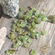 Små Peridot råstens bitar 5 - 10 mm, styckpris
