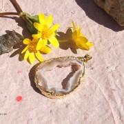 Agat geode hänge med guldplätering