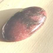 Rodonit cabochon handpolerad sten