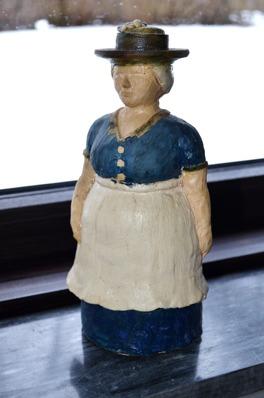 Torggumman i kermaik (25 cm hög), från slutet av 70-talet. En drejad basform som är påbyggd.