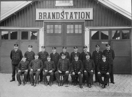 Utanför brandstationen i början av 1920-talet