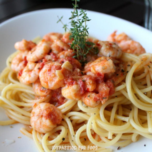 Spaghetti with Shrimps in Spicy Tomatoe Sauce