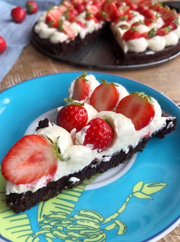 KLADDKAKA bezglutenowe ciasto czekoladowe z kremem mascarpone i truskawkami