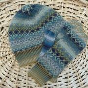 Mössa & tumvantar med rutemönster blågrå - Stickpaket