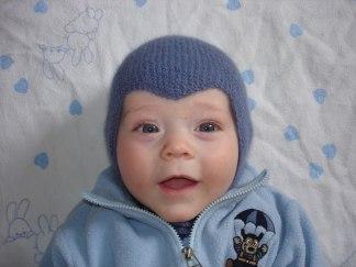 Babymössa hjälm  - Stickpaket - Stickpaket hjälmmössa gråblå nr 56 handfärgat garn