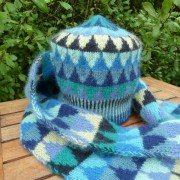 Stickpaket - Dubbelstickad halsduk och mössa, små granar - blå/grön