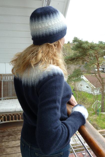 """""""Blå Dimman"""" jumper, mössa och muddar. Fotomodel Monica Sjösvärd från www.horsemeup.se. Fotograf Kristina Frisk från www.caresumables.com."""