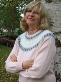 """""""Grå Dimman Rosa"""" jumper. Fotomodel Kerstin Olsson. Foto S. Gustafsson"""
