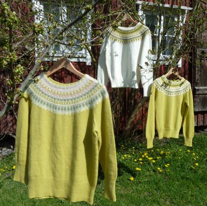 """""""Våren"""", """"Lemon vit"""" och """"Lemon gul"""" jumprar i vårsolen. Foto P. Silfverberg"""