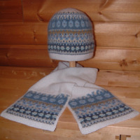 """Blå Skimmer"" hat & patterned scarf. Photo S. Gustafsson"