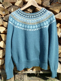 """Blå Skimmer"" dark main color pullover. Photo P. Silfverberg"