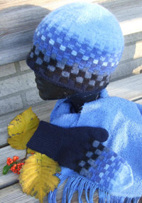 """Schack Blå"" hat and mittens. Photo S. Gustafsson"