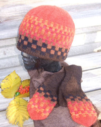 """Schack Röd"" hat and mittens. Photo S. Gustafsson"