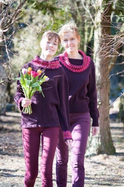 Pernille i Nya Azalea Storkrage jumper, aubergine bottenfärg. Foto Karin Björk