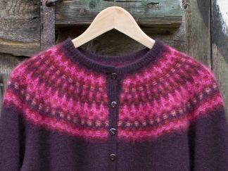 Nya Azalean Aubergine pullover cardigan Bohus Stickning - Nya Azalean Svart jumper/kofta kit