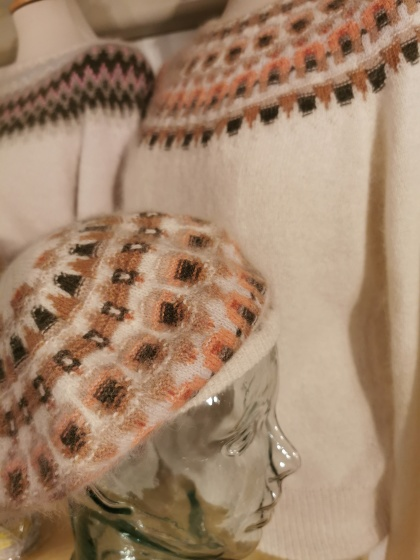 """""""Crevetten"""" jumper och basker. Foto Pernille Silfverberg"""