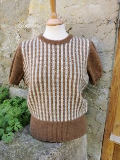Randiga Loppan helmönstrad front Bohus Stickning - Randiga Loppan, brun med helmönstrad front, kit
