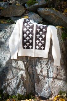 Stora Nejlikan mönsterparti front Bohus Stickning - Stora Nejlikan, brun/vit kofta kit