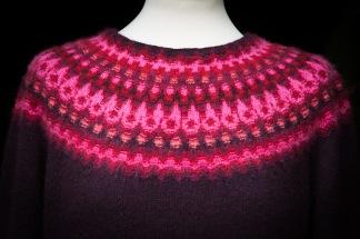 Nya Azalean Aubergine pullover cardigan Bohus Stickning - Nya Azalean aubergine jumper/kofta kit