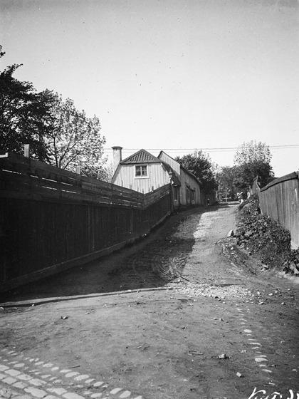 Tegelviksgatan mot sydväst från Danviks östra kyrkogårdsgränd mot Bondegatan 79. Motsvarande plats idag är nuv. norra delen av kv. Persikan, d.v.s. norr om Spårvägsmuseet C:a 1885-1910.