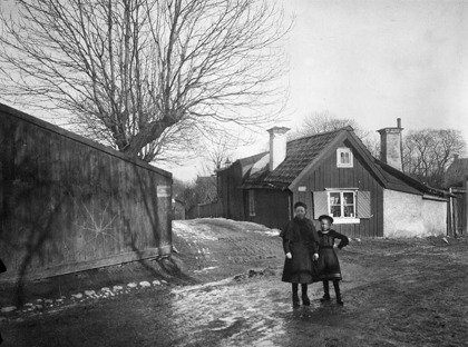 Flickorna står vid Bondegatan 79 och har Tegelviksgatan bakom sig. Här slutar Bondegatan idag med bl.a. en parkeringsplats. C:a 1885-1910 Foto och källa: Stadsmuseet