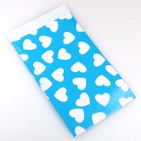 Presentpåse av papper, himmelsblå med vita hjärtan