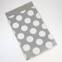 Presentpåse av papper, silver med vita prickar
