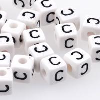 Vita bokstavspärlor kub 10mm *C*