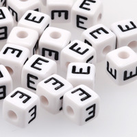 Vita bokstavspärlor kub 10mm *E*