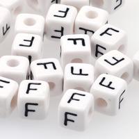 Vita bokstavspärlor kub 10mm *F*